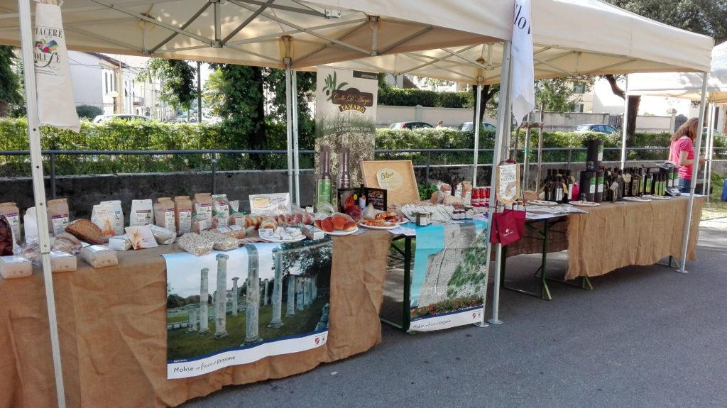 Banco prodotti allestito al mercato della terra di San Giovanni Valdarno